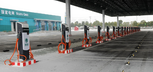 国家的推动让新能源市场异常火爆,然而这火爆背后也有着阵痛。对新能源车车主来说,一开始可能会有使用上的不习惯,特别是电动汽车车主,充电是个让人心烦的事。 快没电了,开到最近一家充电站却发现充电接口不兼容!由于没有国家标准,市面上充斥着各种各样的充电接口标准,不同汽车厂家之间的充电设备不互通让原本就不方便的充电变得更加不方便,然而这一情况即将得到终结。  12月28日,质检总局、国家标准委联合国家能源局、工信部、科技部等部门,在北京发布了新修订的电动汽车充电接口及通信协议等5项国家标准,新标准将于2016年1