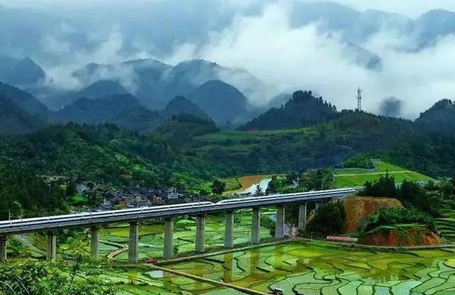 中国最美高铁线是否从你的家乡路过? 在中国,有这样5条高铁线,要么穿越大半个中国,要么跨越多数省份,风景不在话下,可以用美哭了来形容。喜欢的话,大家可以乘坐这些高铁去沿线看看。 沪昆高铁 沿途站点:上海虹桥、松江南、金山北、嘉善南、嘉兴南、桐乡、海宁西、余杭、杭州东、杭州南、诸暨、义乌、金华、龙游、衢州、江山、玉山南、上饶站、弋阳站、鹰潭北站、抚州东、进贤南、南昌西、高安、新余北、宜春、萍乡北、醴陵东、长沙南、湘潭北、韶山南、娄底南、邵阳北、新化南、溆浦南、怀化南、芷江站、新晃西、铜仁南、三穗、凯里南、